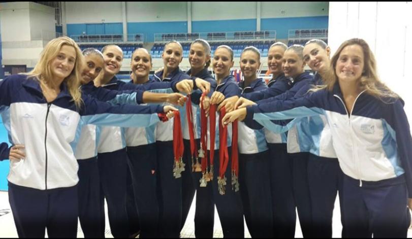 El equipo muestra las medallas ganadas durante 2015.