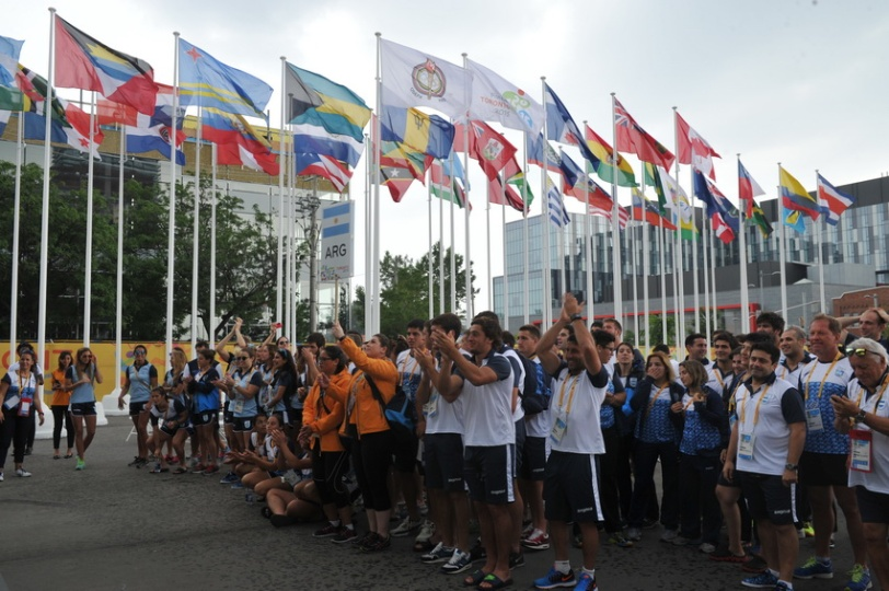 La delegación argentina en la iza de la bandera en la Villa Panamericana de Toronto.