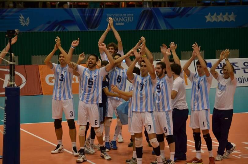 Aplauden los jugadores, a la izquierda (de blanco), el DT Kantor.