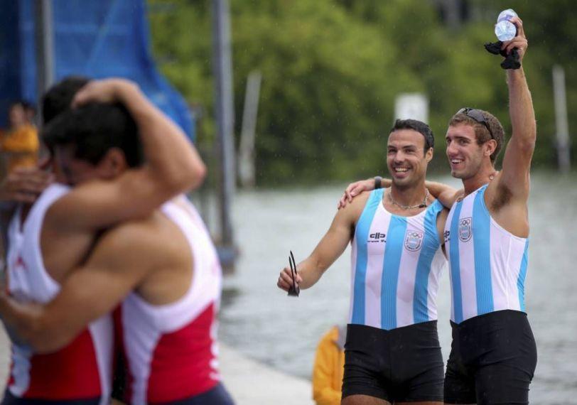 Al fondo el festejo argentino; adelante, el abrazo chileno por el oro mutuo.