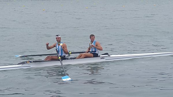 El festejo de la dupla Haack-López tras superar victoriosos la meta.