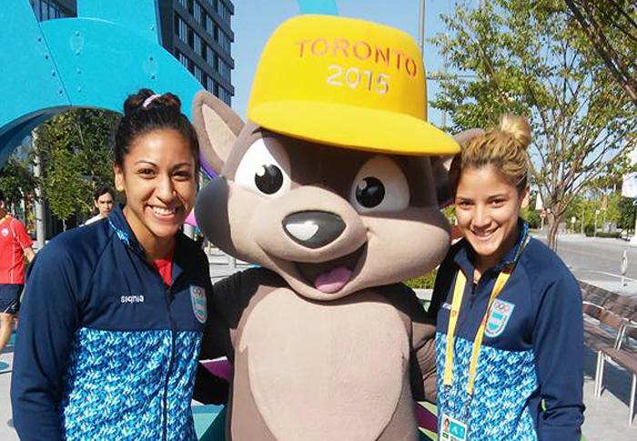Pérez (izquierda) y Sánchez (derecha) con Pachi, la mascota.
