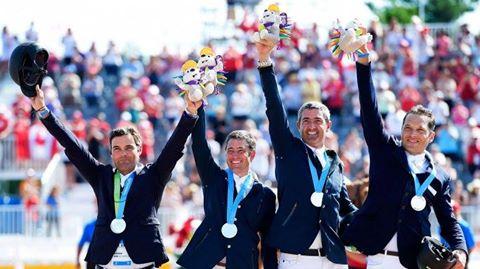 El equipo de salto en el podio, orgulloso de su plateada.