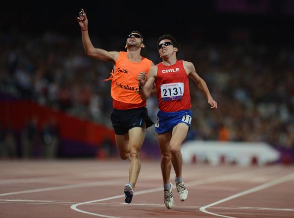 Guajardo (de naranja) guió a su compatriota Valenzuela al oro paralímpico en 2012.