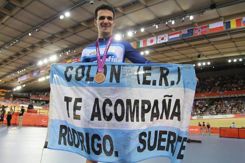 El ciclista Rodrigo López será el abanderado de la delegación.