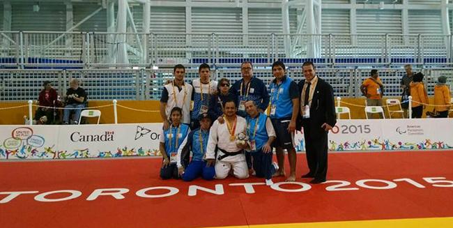 Lencina, con su oro, rodeado por el equipo nacional de judo.