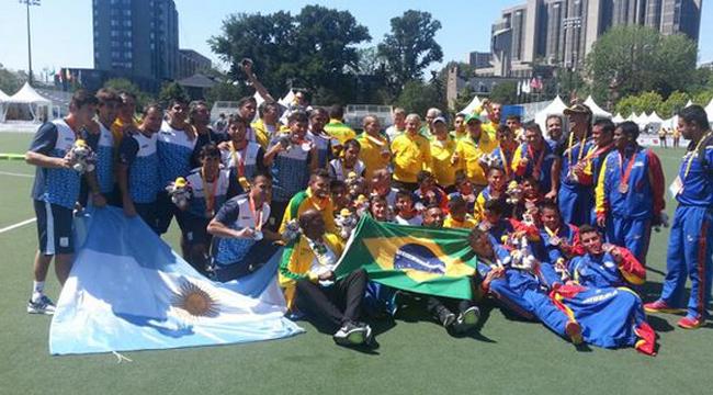 Los Tigres en el podio del fútbol 7 con los brasileños (oro) y venezolanos (bronce).