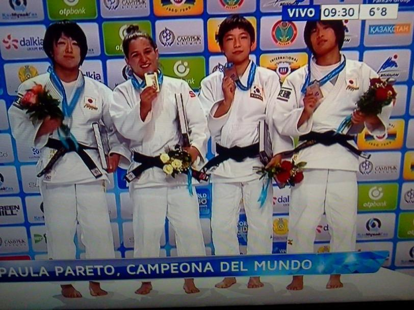 La emoción de Pareto en el podio, con Asami (plata), Kondo y Jeong (bronces).