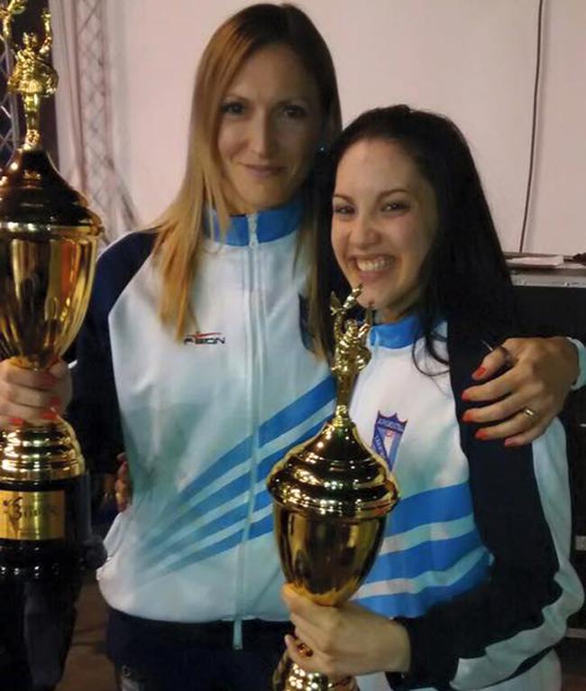 Carla Salinas con la entrenadora Sánchez Berón y su trofeo como la mejor del Open.