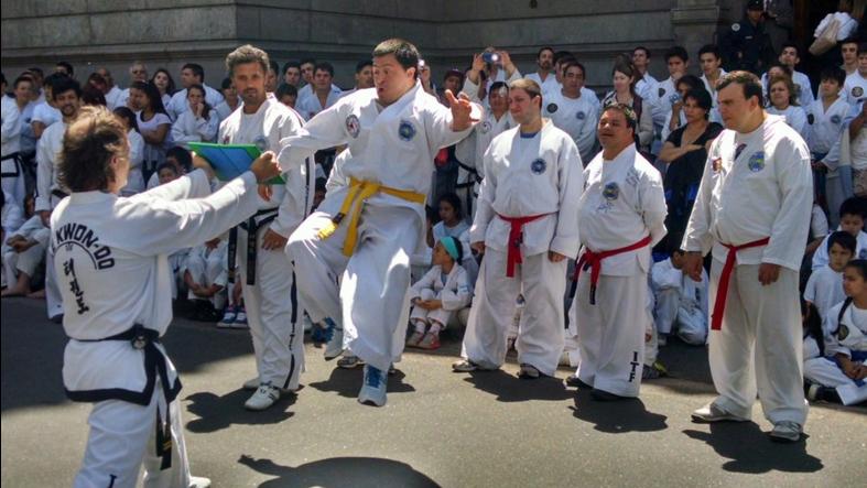Mientras se sesionaba en el Senado, los taekwondistas acompañaron afuera.