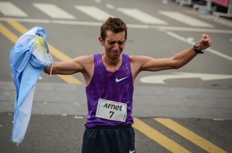 La emoción de Luis Molina al completar los 42,195 km con marca olímpica.