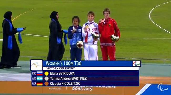 La rosarina Martínez en el podio oficial de 100 T36 con su plata.