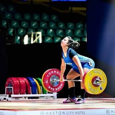 Joana Palacios tira en 63 kilos.