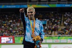 Hernán Barreto con su bronce en 100 metros T35.