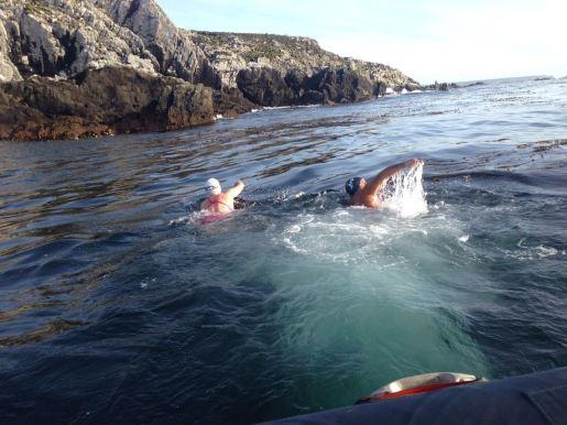 Jade Perry y Rubén González, juntos en el agua.