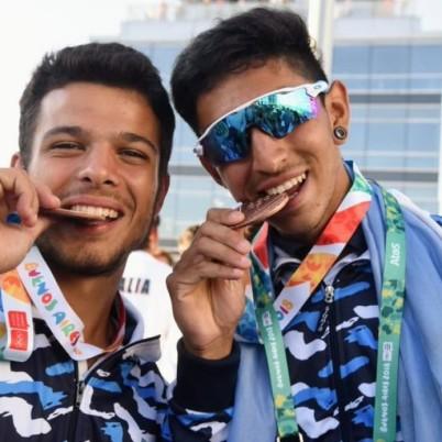 Los remeros Modarelli y Herrera, con sus medallas en Puerto Madero.